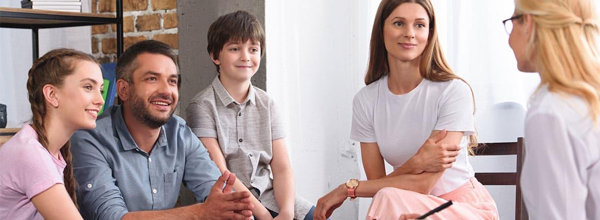Mediação Escolar: imagem de um casal e uma criança