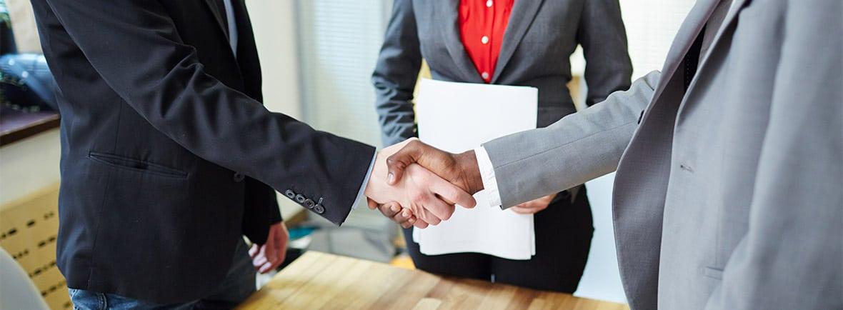 mediação de conflitos: aperto de mãos